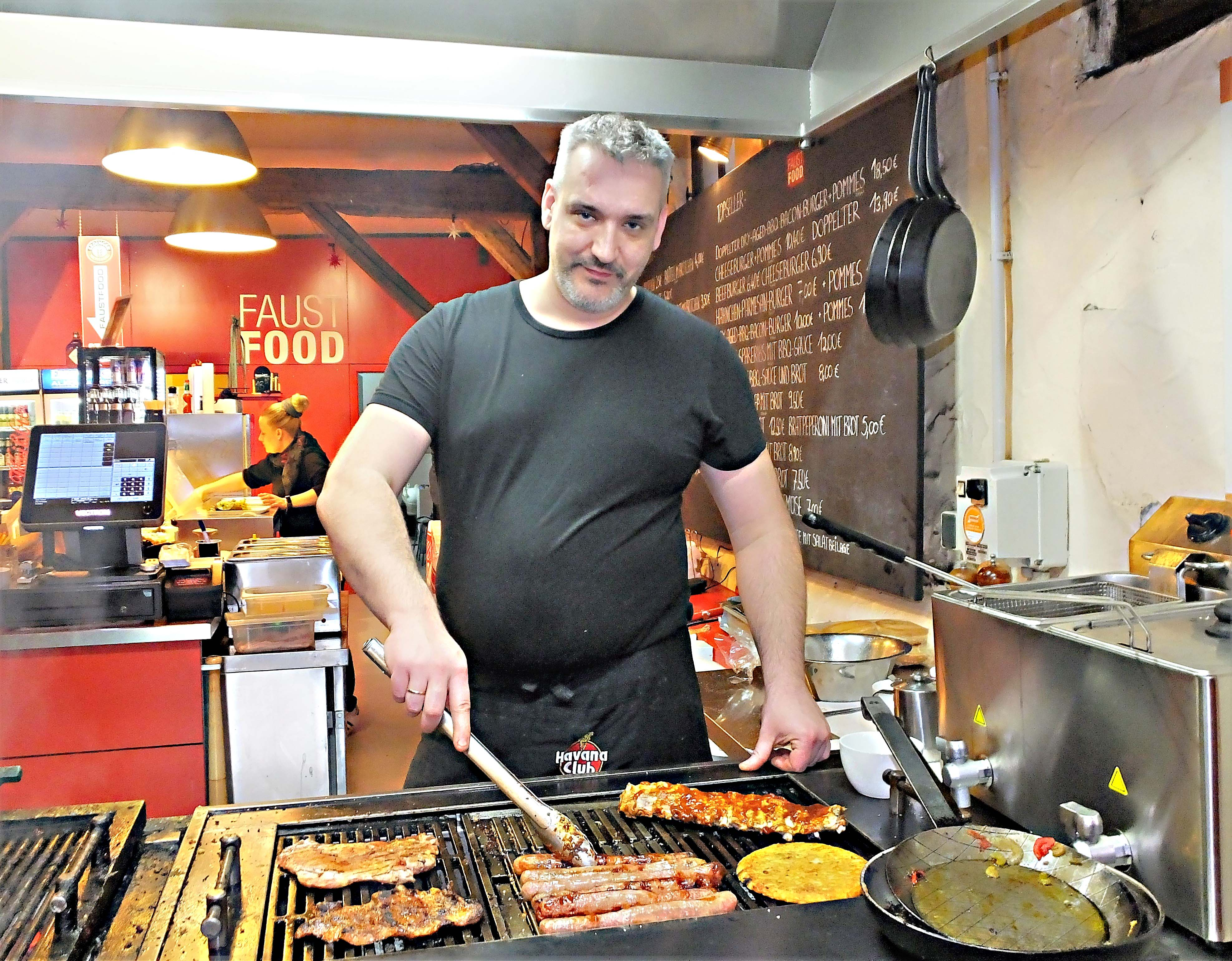 "Grillmeister bei ""Faust Food"" ist Inhaber Michael Lehmann selbst."